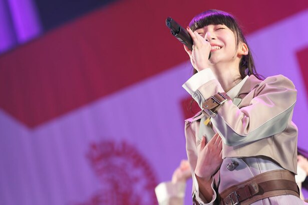 荻野由佳が新曲「世界の人へ」でセンターを務める
