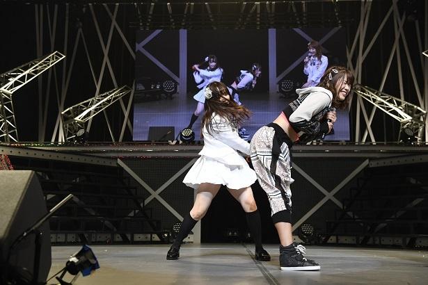 """【写真を見る】MCでは企画の罰ゲームとして松村香織(左)がメンバーに""""ケツバット""""をお見舞い"""