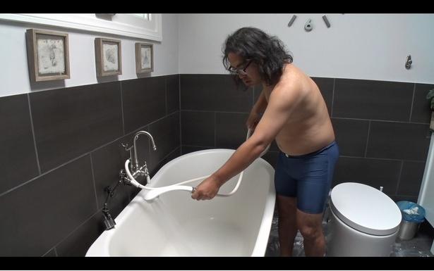 シャワーヘッドを使った面白動画の結末は爆笑必至!