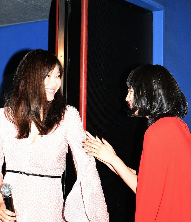 会場を出る直前に広瀬すずとじゃれ合う篠原涼子