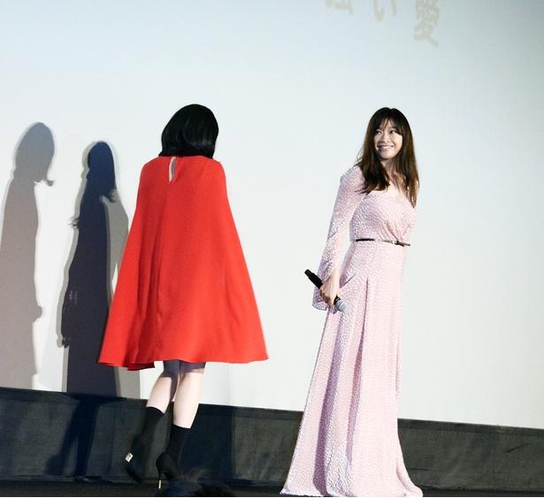 【写真を見る】腰の位置が高い…! 圧巻のプロポーションを見せた篠原涼子