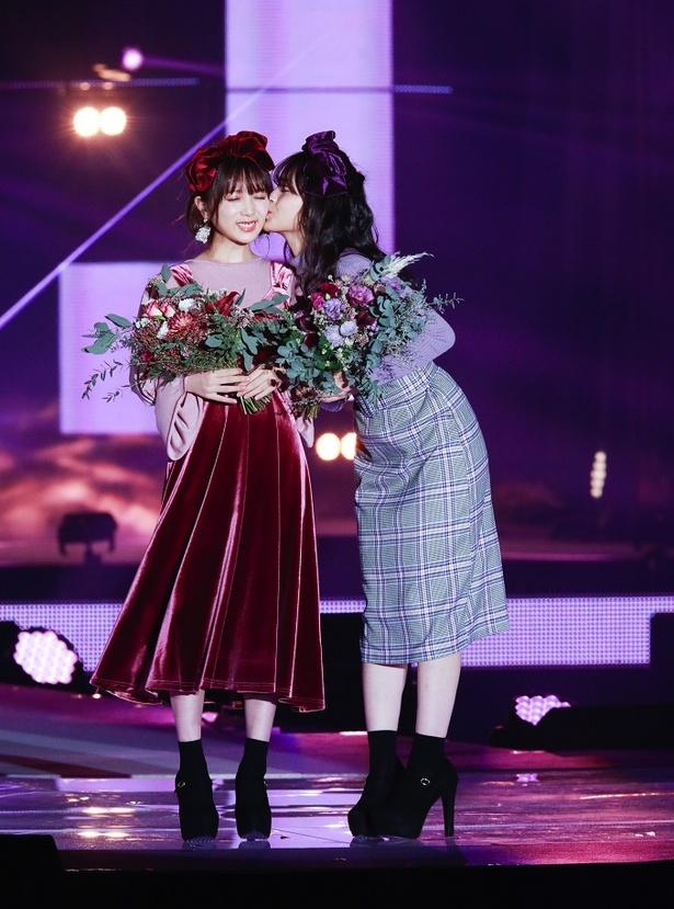 大園桃子&与田祐希が「GRL(グレイル)」のステージに登場