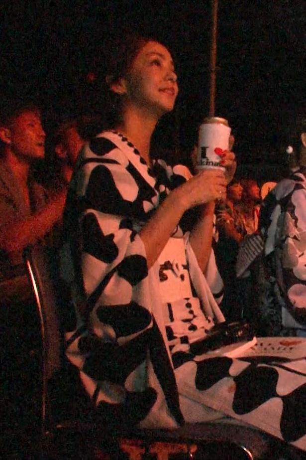 自分の楽曲に合わせて彩られた花火を見上げる安室奈美恵