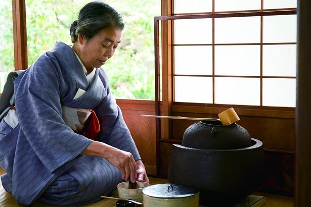 """樹木希林さんは「タダモノじゃないとうわさ」の""""お茶""""の先生を演じた"""