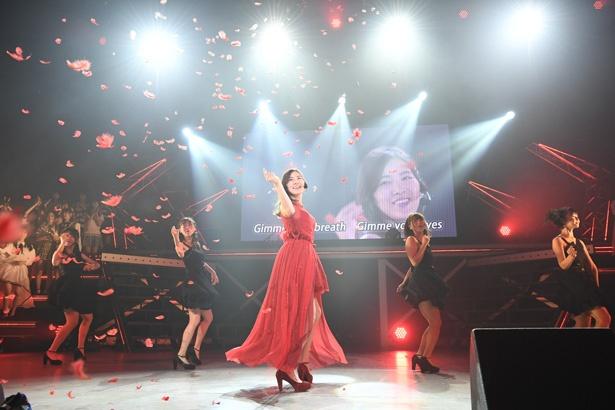 【写真を見る】第3位の「赤いピンヒールとプロフェッサー」。赤いドレスに身を包みセクシーな雰囲気