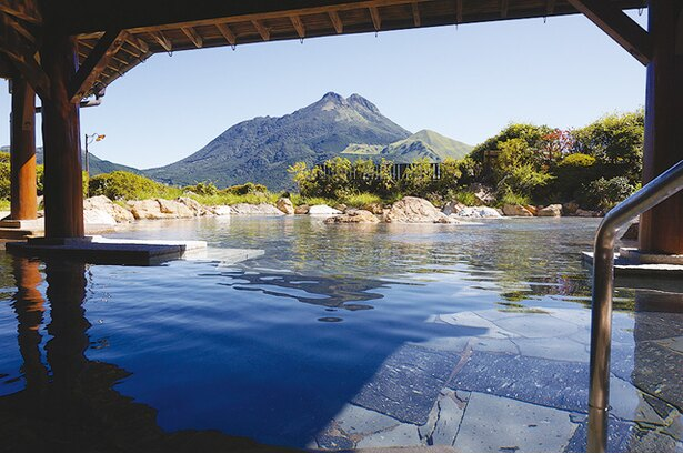 山のホテル夢想園 / 女性専用露天「空海の湯」。150畳以上の広さが自慢。由布岳と市街地の景色が堪能できる