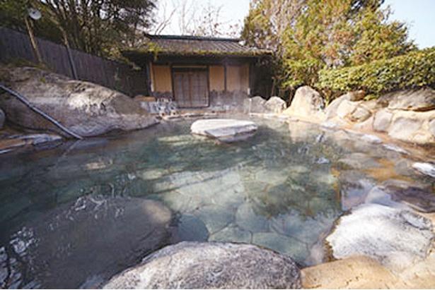 山のホテル夢想園 / 女性専用露天「弘法の湯」。温泉名の由来となった「弘法石」を祀る