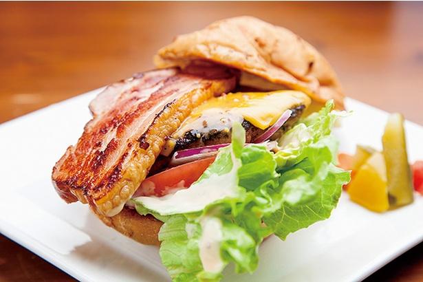 由布院燻製工房 燻家 / 「ハンバーガー」(650円)。分厚いベーコンが入っていて食べ応え抜群