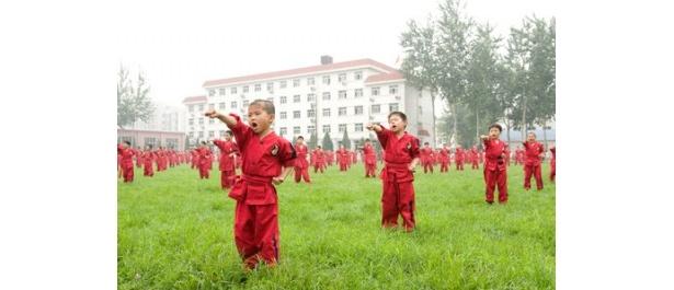 カンフーに打ち込む中国の少年たちの姿も登場
