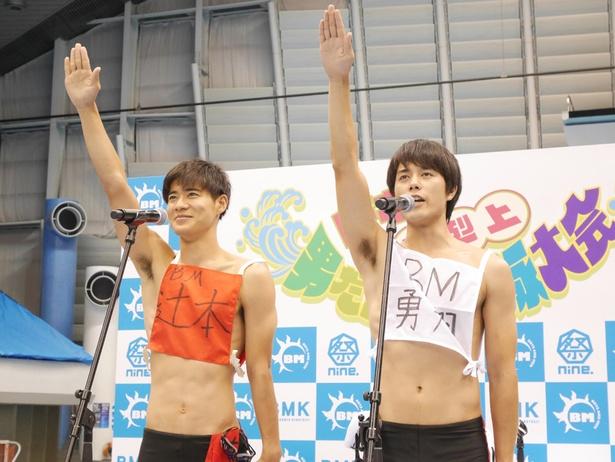 選手宣誓を行うBOYS AND MEN辻本達規と勇翔(左より)