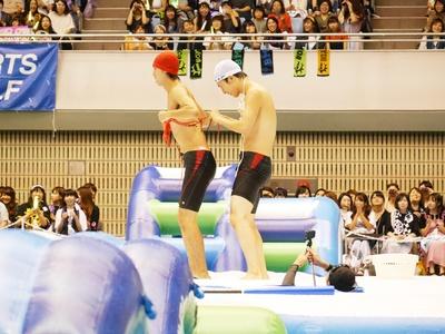 第2種目『障害物レース』は田村侑久と土田拓海が対決。ビキニをお互いに着せてあげる優しさも(笑)