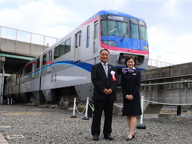 新型車両「3000系」 大阪高速鉄道・吉村庄平社長と斉藤雪乃さん