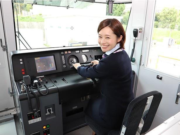 運転席に乗る斉藤雪乃さん