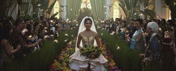"""金持ち同士の張り合いのカギは""""オリジナリティ""""。ってことで花嫁が水の中を歩いて登場…。""""4000万ドル挙式""""の主役は、「ラ・ラ・ランド」で注目された日本生まれのソノヤ・ミズノ!"""