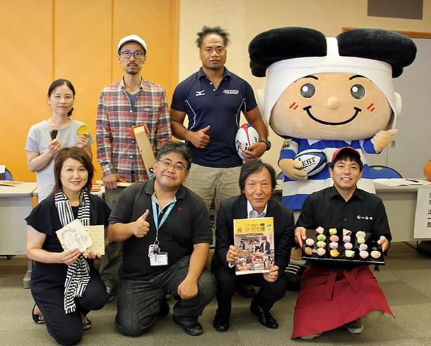 会見では各々の意気込みを語った。フォトセッションには東大阪市のキャラクタートライくんも登場