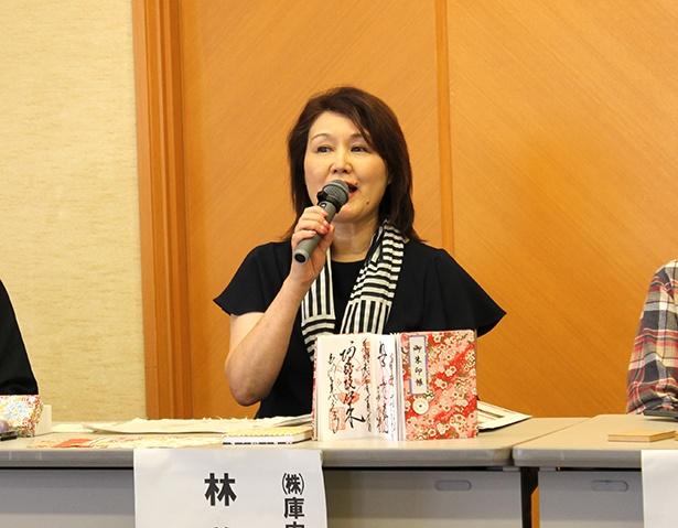 伝統的な紙すきが体験できる「紙すき・和紙工作体験」。案内人の林さんは英語も堪能で、海外からの観光客にも人気のプログラム