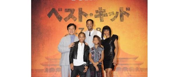 『ベスト・キッド』ジャパンプレミアに登場。(上段左から)ジャッキー・チェン、ウィル・スミス、ジェイダ・P・スミス、(下段左から)ジェイデン・スミス、ウィロウ・スミス
