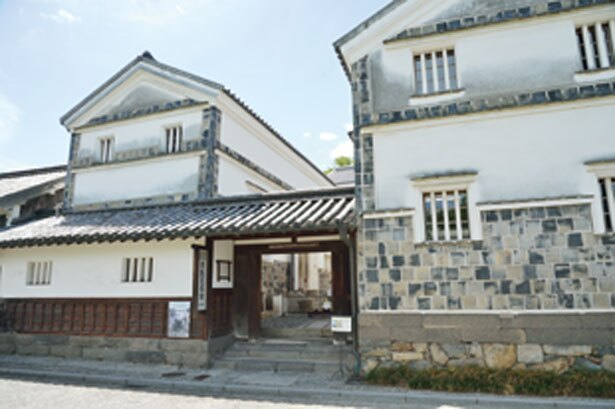 白壁と黒の瓦が美しい建物/倉敷民藝館