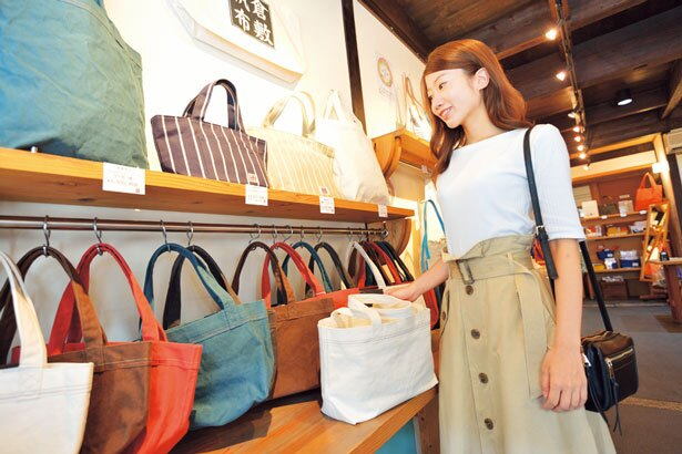 綿100%の軽くて丈夫な倉敷帆布のバッグは、長く愛用できるのが特徴/バイストン美観地区店