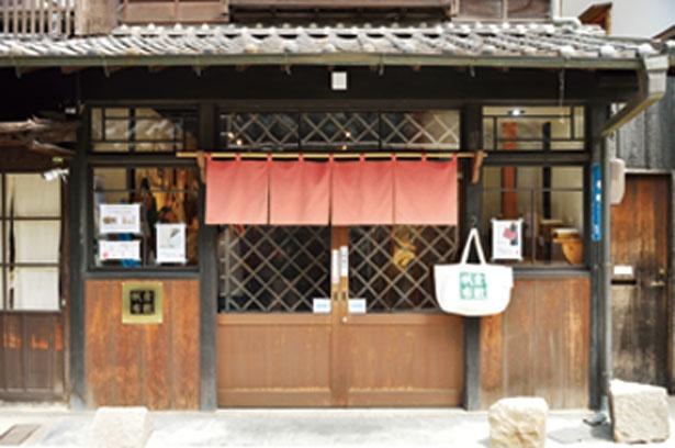 倉敷美観地区内の本町通り沿いにある。古民家を改装した風情ある店構え/バイストン美観地区店