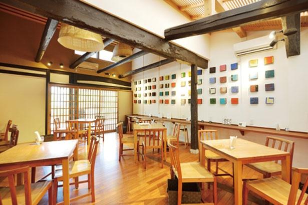 """""""刻の美術館""""をコンセプトに、店内にはアート作品を展示/廣榮堂 倉敷雄鶏店"""