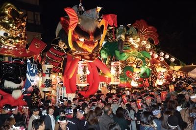 曳山囃子にのって曳山が唐津神社前に集合する「宵曳山(よいやま)」