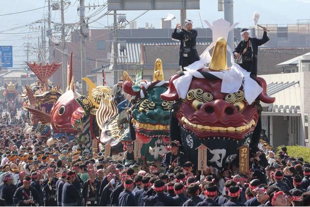 御幣(ごへい)をいただいた赤獅子を先頭に、神輿の進路を進む