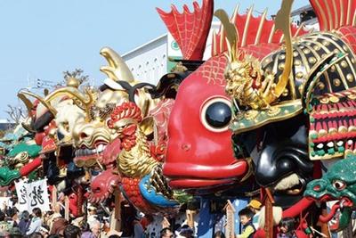 【写真を見る】最終日の「町廻り(翌日祭)」。唐津駅前の米屋通りが歩行者天国となり、通りには曳山が並ぶ