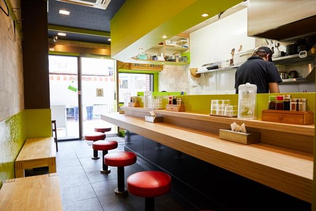 ラーメン店には珍しい鮮やかなグリーンが印象的な店内/MOVE麺t