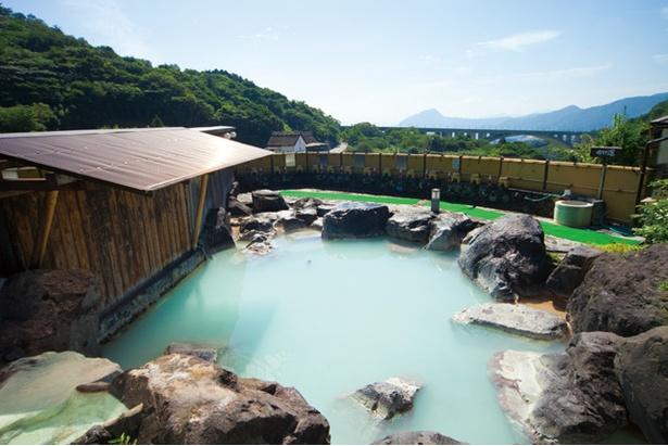 明礬 湯の里 / 大露天岩風呂からは明礬大橋や鶴見岳、高崎山などを一望