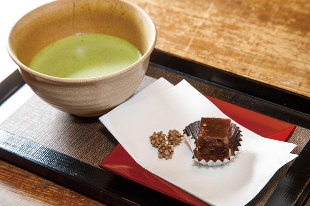 「抹茶」(400円)は、黒糖の金平糖などちょっとした菓子付きだ/カネサン茶舗