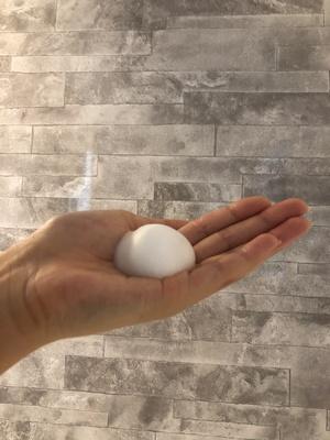 泡のタイプの洗顔フォーム。ゴルフボールくらいの大きさを手のひらに出す