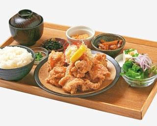 ヒジキやサラダなどの副菜5種、ご飯、汁物、漬物まで付く若鶏の旨味からあげ定食(972円)/隈本総合飲食店MAO