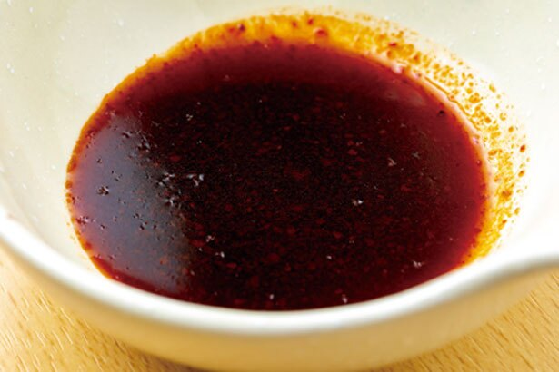 【写真をみる】秘伝のタレは、鶏、豚、牛の骨でとったスープに果汁やニンニクをたっぷり/京都串焼きホルモン 梅しん