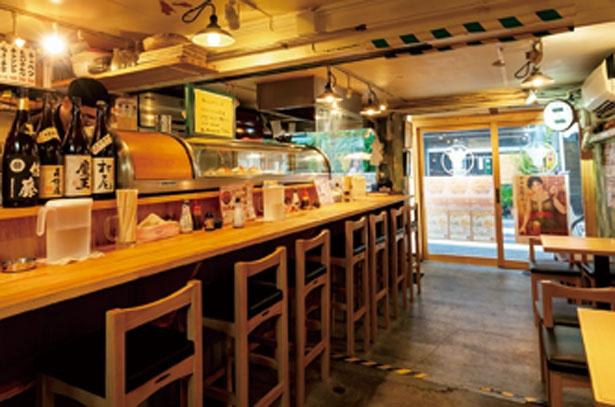 店内はカウンターと4人用のテーブルが2つ/京都串焼きホルモン 梅しん