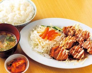 ムネ肉とモモ肉を半分ずつ盛り付けた金賞からあげ定食(702円)/京都串焼きホルモン 梅しん