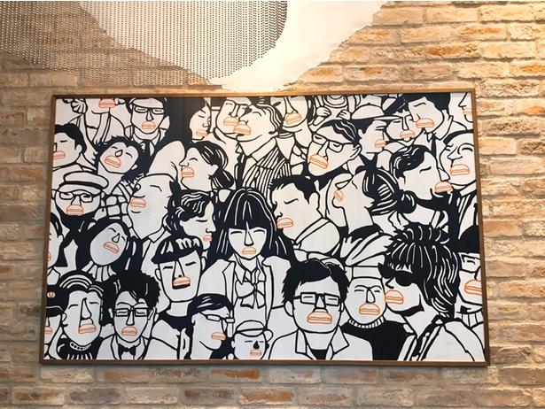 【写真を見る】店内の壁に飾られた絵。よく見るとどの人も唇がウマミバーガー!?