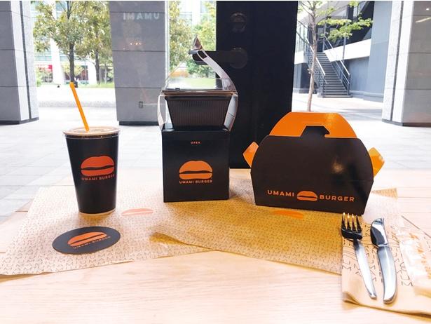 テイクアウトのパッケージは、黒字に映えるオレンジ色のロゴがポイント