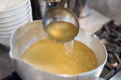 弱火で長時間じっくりと煮込んだスープは、鶏の芳醇な香りと旨味が詰まっている