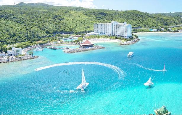 【写真を見る】美しい海に囲まれた沖縄・恩納村のリゾート「ルネッサンス リゾート オキナワ」