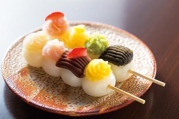 カラフルなあんとフルーツをトッピングした「茶処 くらや」の「ハイカラ恋小町セット」(2本600円、犬山グリーンティー付き)