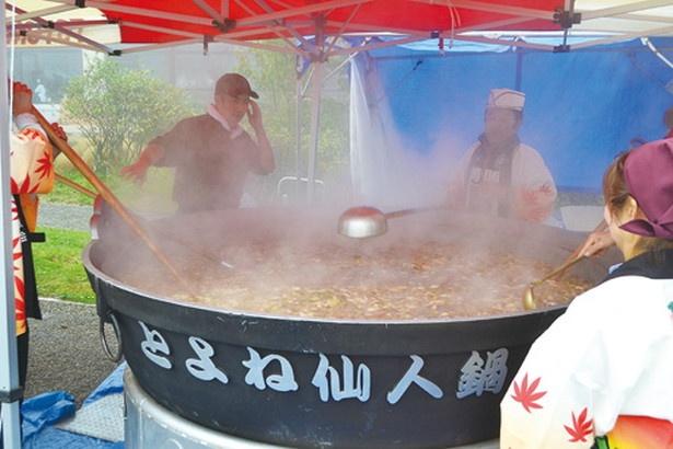 直径2メートルの大鍋で作るいも煮には、秋野菜がたっぷり!