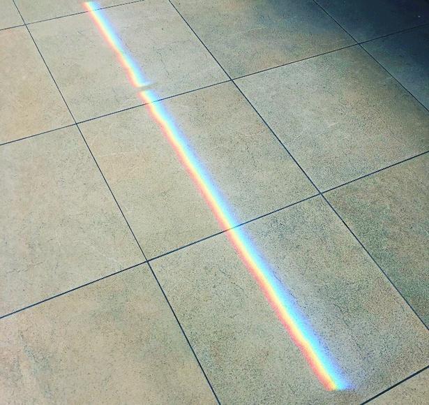 """明け方の新宿駅で見つけた""""虹""""。撮影は、松本監督自身によるもの"""