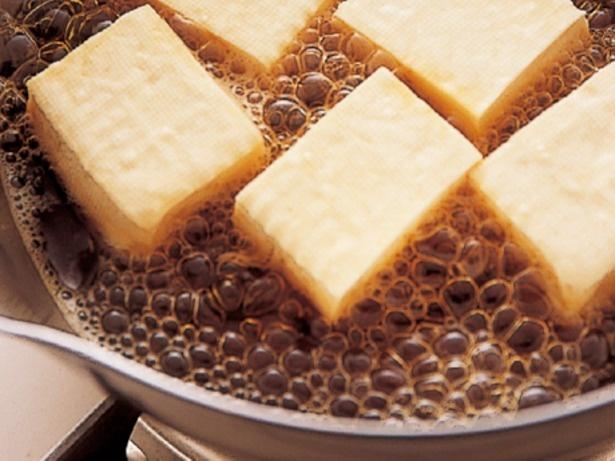 【写真を見る】わりしたに豆腐だけを先に入れて、じっくりと味がしみるまで煮る。牛肉は豆腐に味がついてから加えたほうが、やわらかく仕上がる