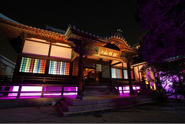 博多織の鮮やかな色彩で彩られた妙典寺は、息を呑む美しさ!