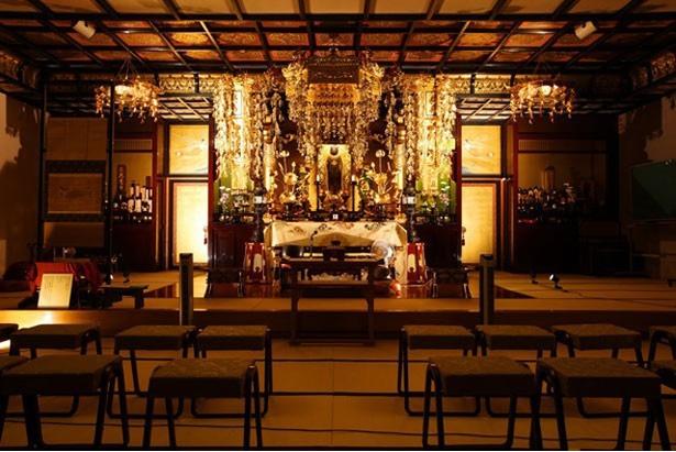 龍宮寺では、普段、一般公開されていない本堂が開放され、きらびやかにライトアップされた仏壇を拝むことができる