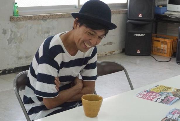 「芸人はもっと自由に笑いを表現したらいい」と話す小波津。