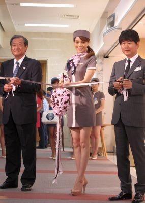 蛯原友里さん(中央)とサマンサタバサ社長・寺田和正氏(右)