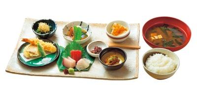 【写真を見る】季節の彩り定食(1512円)/魚食処 一豊 道修町本店