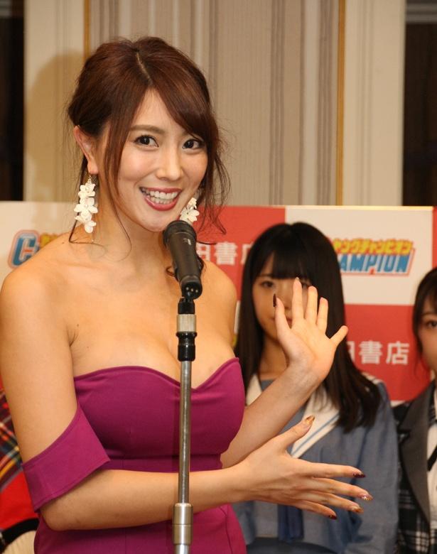 """【写真を見る】森咲智美は「アイドルさんたちがきっとかわいく、元気いっぱいに活躍してくださると思うので、私は""""日本一エロすぎる""""グラビアアイドルを存分に披露したい」と語った"""